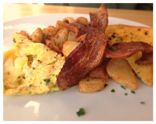 Eggs, bacon and toast with potatoes